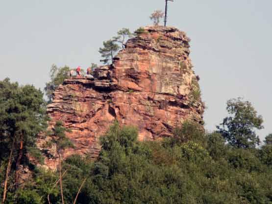 Bergsteiger beim Klettern auf dem Felsen