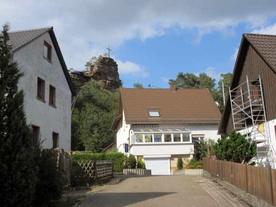 Engelmannsfelsen über dem Ort Stein