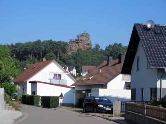 Der Engelmannsfelsen wacht über das Dorf