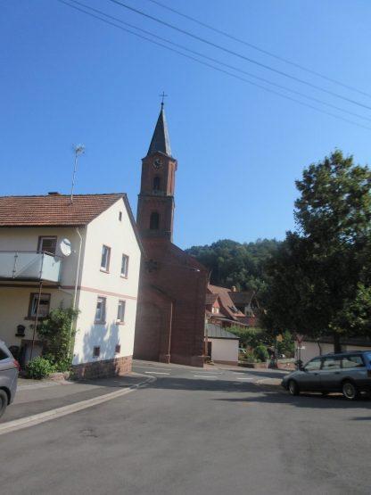 Hauptstraße und Kirche in Stein