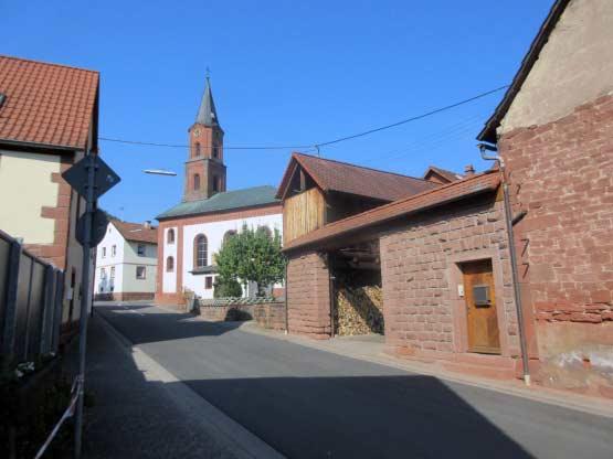 Die Hauptstraße führt scharf um die Kirche herum