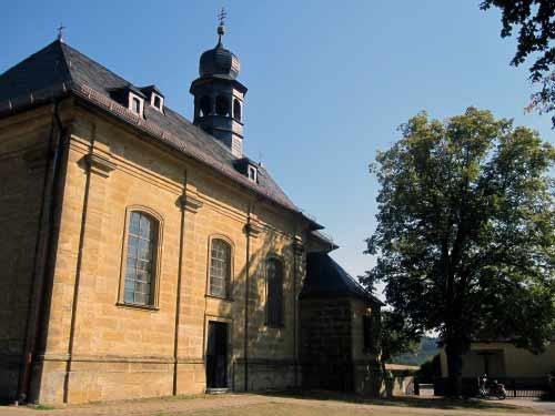 Kreuzkapelle mit kleinem Park
