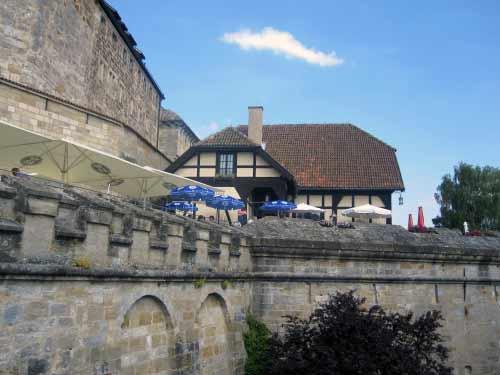 Burg-Restaurant zwischen den Burgmauern