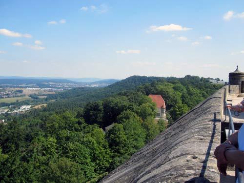 Blick über die breite Festungsmauer