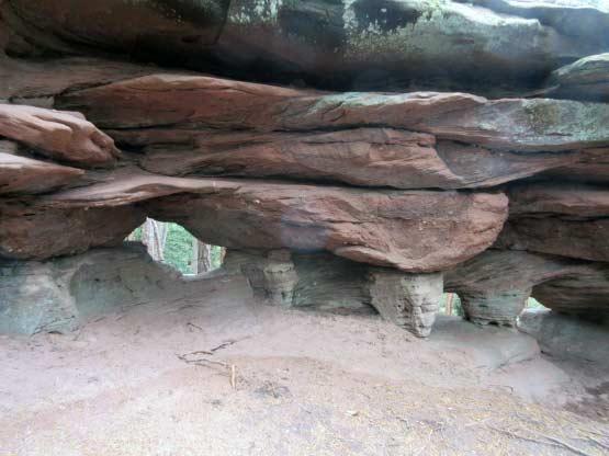 Wanderweg durch Höhle