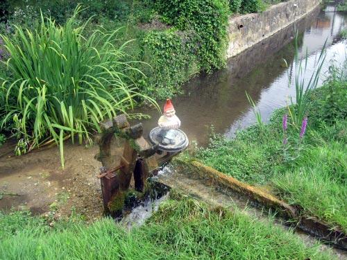 Dorfidylle: Wasserrad mit Gartenzwerg.