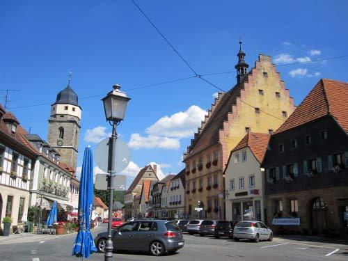 Ortszentrum mit gelbem Rathaus, Kirche und Hotel