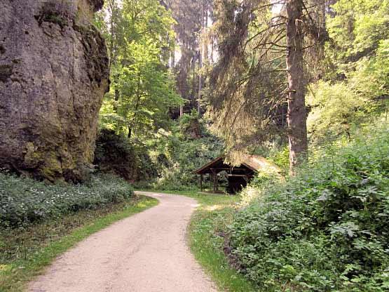 Wentalweg mit Schutzhütte am Wanderweg